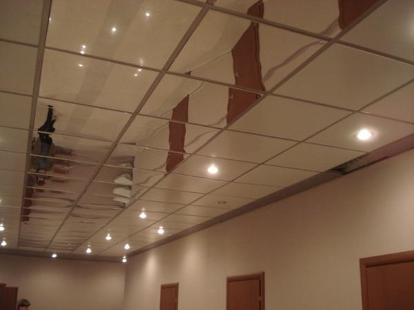 Чтобы добраться до труб, проводов и вентиляции - достаточно снять любую панель.