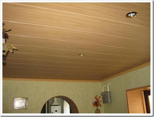 Из стеновых панелей можно сделать красивый потолок не только на балконе.