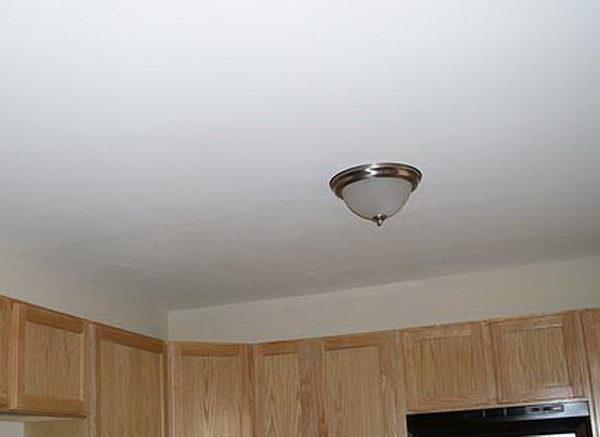 Даже дешевая побелка освежает потолок и делает его более привлекательным