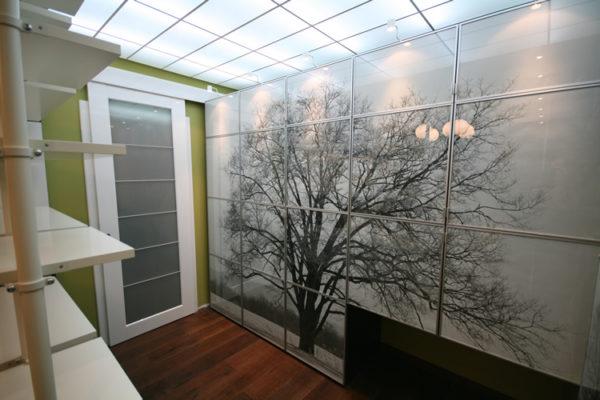 Даже в небольшом помещении подсвеченный стеклянный потолок создает ощущение простора.