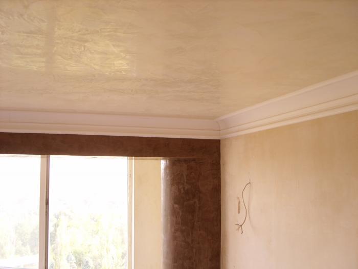 Потолок, отделанный красивой фактурной штукатуркой