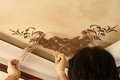 Декорирование потолочной поверхности росписью под трафарет