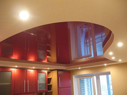 Декоративный потолок на кухне можно создать путем сочетания гипсокартона и натяжного потолка. Эффект потрясающий
