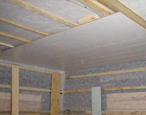 Деревянная обрешетка на потолке без подложек.