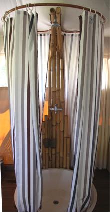 Деревянные изделия редко используются в ванной, ввиду чувствительности материала к влаге