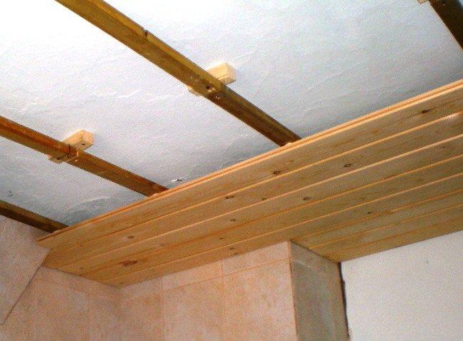 Устраивая потолок деревянный по бетонной, кирпичной или оштукатуренной основе, сначала смонтируем деревянную обрешетку с расстоянием между рейками 30 см: в бетон гвоздя не вобьешь
