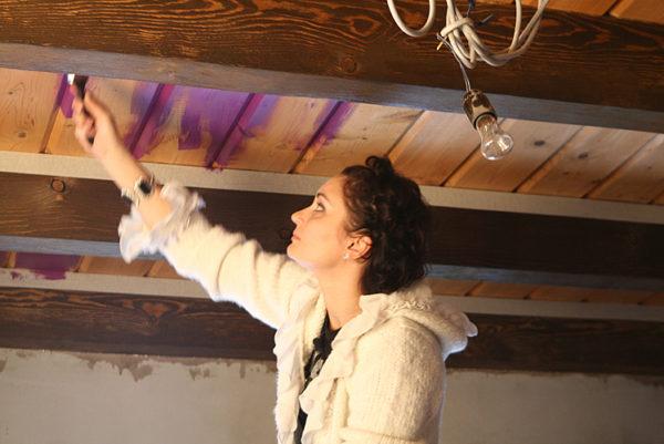 Деревянные потолки тоже можно красить.