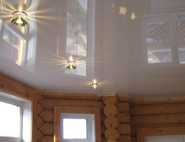 Современно и изыскано выглядит такой потолок в доме из сруба