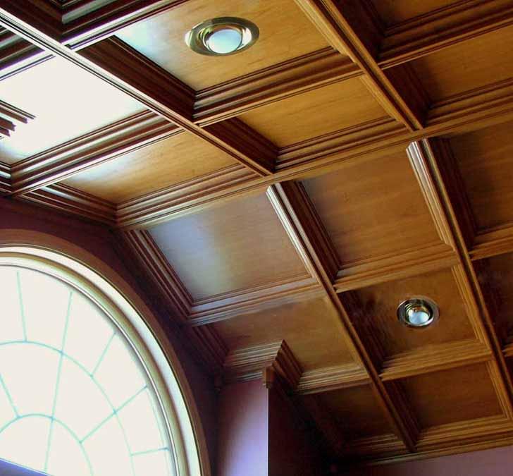 Технология установки подвесного деревянного потолка точно такая же, как и обшивка гипсокартоном, но материал крепится на деревянный каркас, а не на алюминиевый