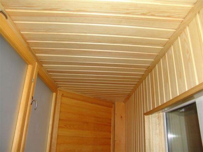 Потолок из деревянных реек на лоджии