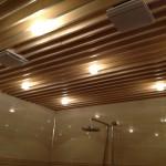 Деревянный потолок с подсветкой
