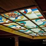 Деревянный потолок с витражом
