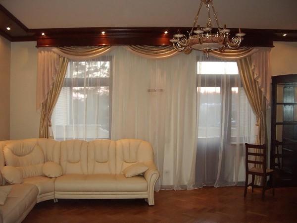 Деревянный карниз с потолочным багетом