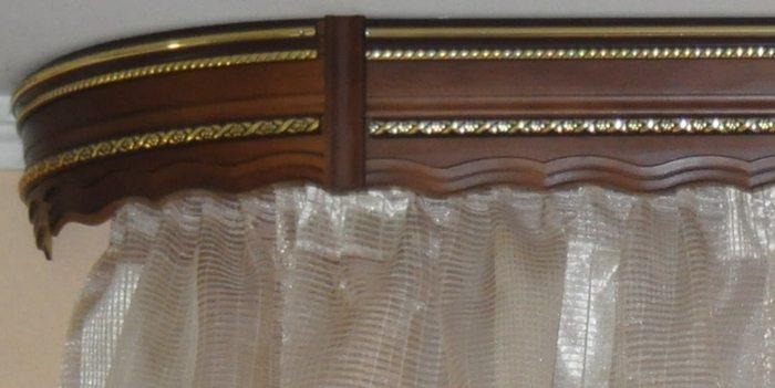 Деревянный потолочный карнизможетдекорироваться багетом