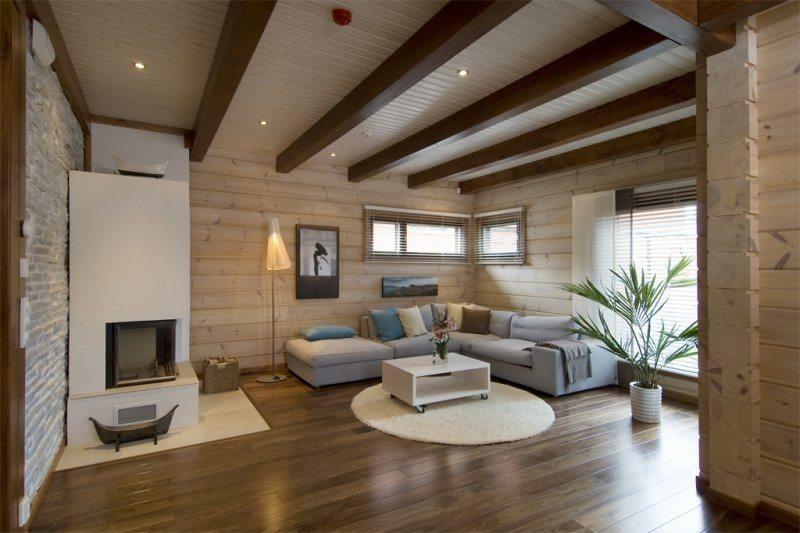Деревянный потолок делает подшивку панелями простейшим решением без единого минуса.