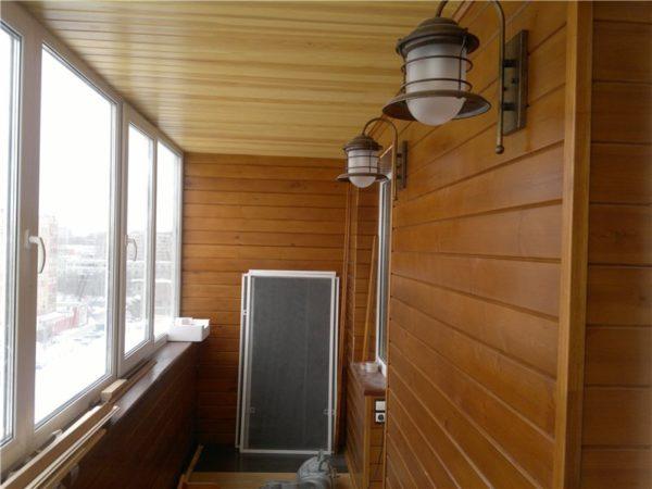 Деревянный потолок, покрытый защитной лазурью