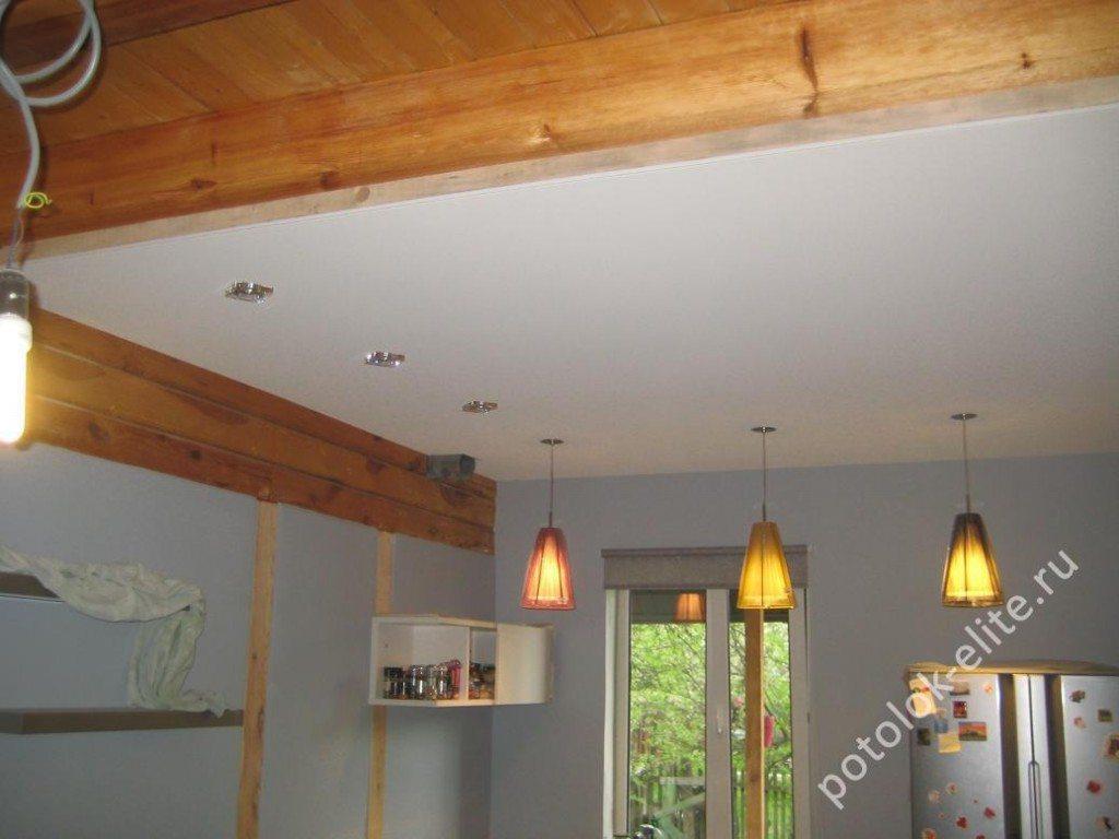 Модные подвесные потолки в деревянном доме позволят не дожидаться обязательной годичной усадки нового строения и заселиться сразу же после его возведения