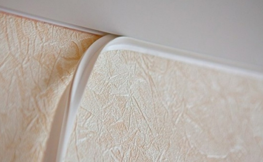Детали бывают разными – от простой заглушки до имитации богатой лепнины с позолотой