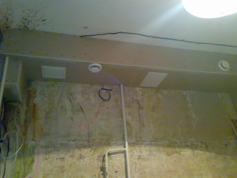 В потолочном коробе можно спрятать вентиляционную трубу вытяжки