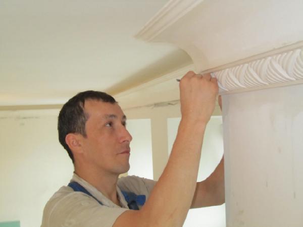 Дизайн потолка с помощью элементов лепнины – процесс творческий и очень кропотливый.