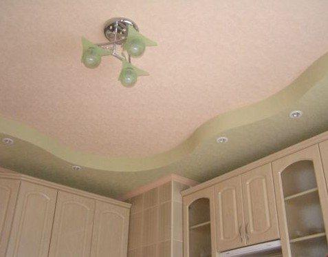 Волнообразный гипсовый потолок над кухонными шкафами даст дополнительное освещение