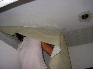 Оклейка потолка моющимися обоями