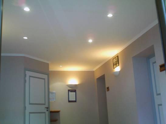 Потолок одноуровневый из гипсокартона в прихожей
