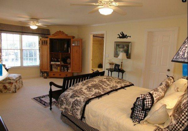 Классический белый потолок подойдет для спальни в стиле ретро