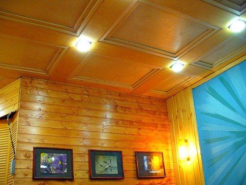 Имитация дорогих деревянных панелей из обычной фанеры и тонких декоративных накладок сэкономит пространство и бюджет