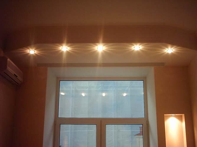 Таким разным освещением мы зрительно отделяем зоны на кухне