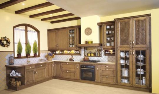 Интерьер кухонного потолка с потолочными балками