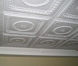 С помощью правильно выбранной пенопластовой плитки можно гармонично обустроить потолок в помещении, выполненном в классическом стиле