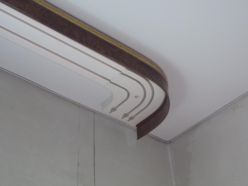 Для надежной фиксации настенного или потолочного карниза применяются различные технологии