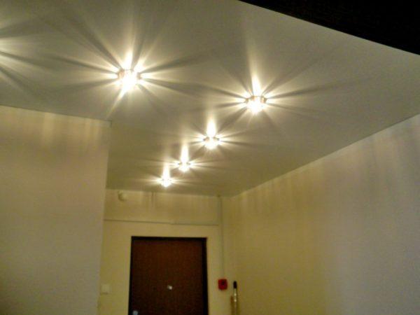 Для подвесной конструкции идеальным выбором будут светильники на светодиодах.