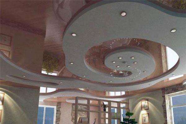 Для потолков такой сложной формы гибкие полиуретановые карнизы подходят идеально.