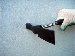 Для снятия старой штукатурки можно использовать многие инструменты