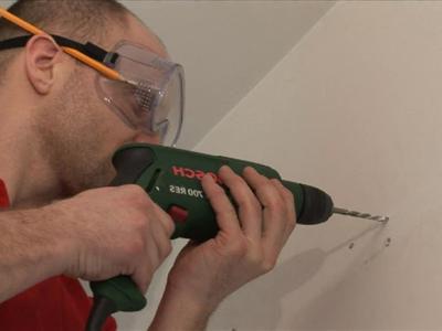 Для высверливания отверстий используйте перфоратор или дрель, в зависимости от материала поверхности