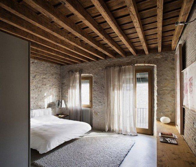 Дорогая стеновая отделка натуральным камнем гармонично сочетается с изысканным дизайном деревянных потолков