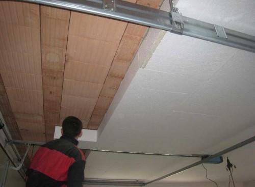 Довольно часто ремонт потолка в частном доме сопровождается утеплением изнутри. Это не совсем правильно; но что делать, если чердака нет?