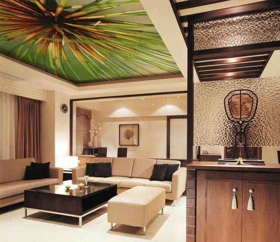 Актуальное решение: зонирование помещения тканевым потолком с крупным узором.