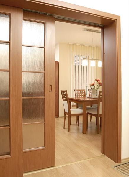 Двери с остеклением дадут возможность проникать естественному свету в прихожую.