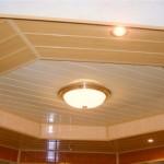 Двухуровневый потолок из пластиковых панелей под дерево