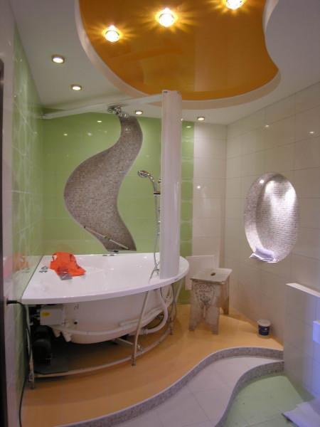 Двухуровневый натяжной потолок в ванне