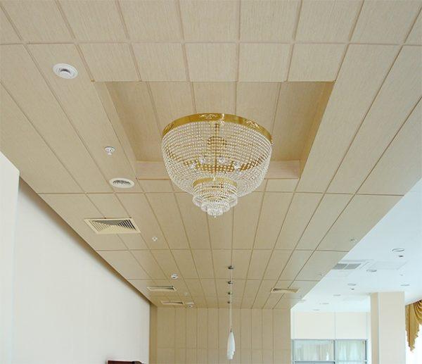 Двухуровневый потолок, отделанный панелями МДФ.