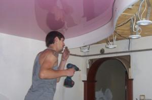 Монтаж двухуровневых потолков из ПВХ пленки на потолочный багет
