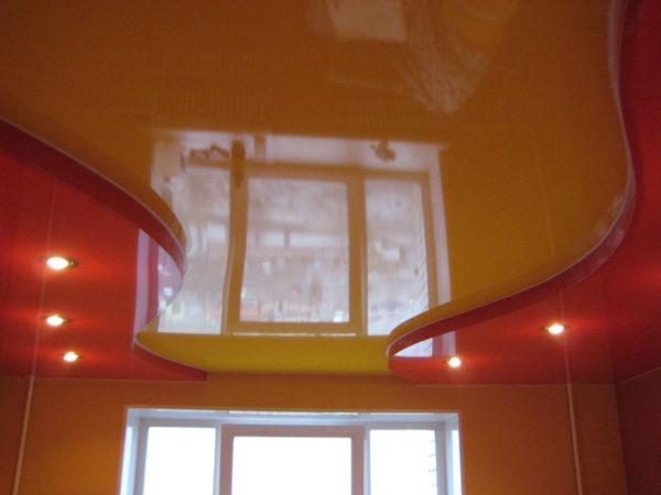Двухъярусный потолок хорошо выравнивает перекрытие.