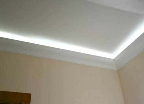 Эффект невесомости с помощью полиуретанового карниза и скрытого освещения
