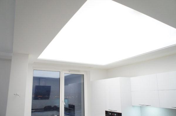 Эффект прозрачного светящегося потолка, созданный при помощи LED-панелей.