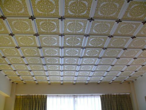 Экструдированная плитка с ламинированной поверхностью позволяет сделать потолок не только белым: доступа широкая гамма цветов.