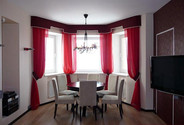 Эркерные окна и правильно подобранные карнизы могут стать истинным украшением помещения, добавив ему особый шарм